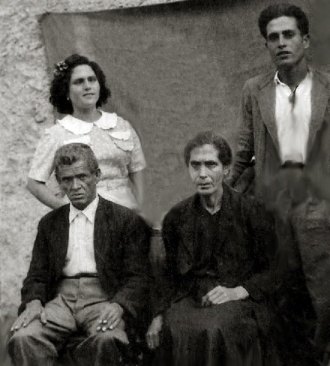 El abuelo Cristóbal, junto a su mujer (debajo), y dos de los tíos (arriba) de Jesús Toral.