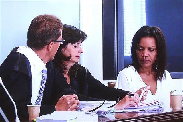 Ana Julia Quezada junto con sus abogados en el juicio por el crimen de Gabriel Cruz.