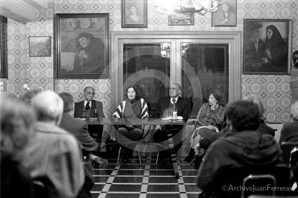 Antonina Rodrigo con Antonio Domíguez Ortiz, Eulalia de la Higuera y el presidente del Centro Artístico.