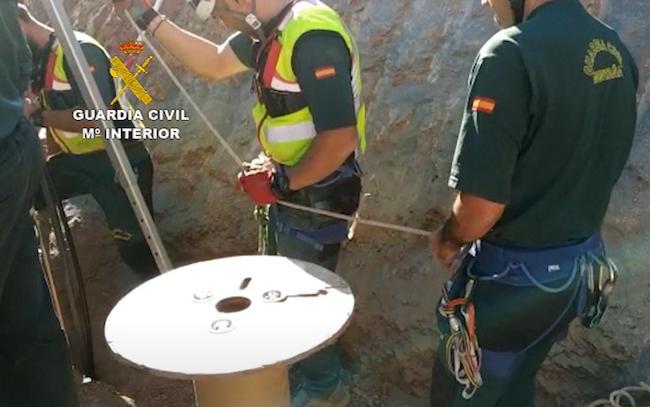 Guardias Civiles trabajan en el pozo donde cayó el pequeño.