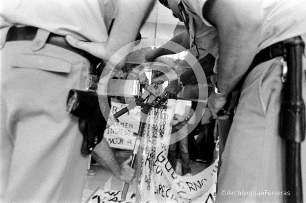 Momento en el que la Policía Nacional cortaba las cadenas de los MIR encerrados en la Delegación de Salud.