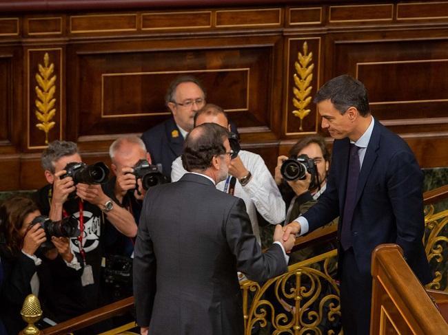 Rajoy saluda a Sánchez, tras ser elegido el socialista presidente del Gobierno.