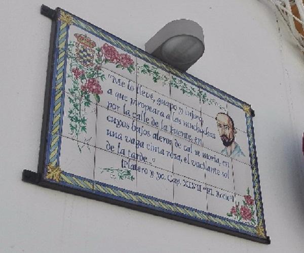 Placa a las puertas de la casa de Juan Ramón, en Moguer.