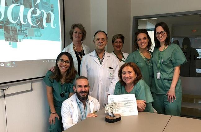 Equipo de Urología del hospital, con el premio recibido.