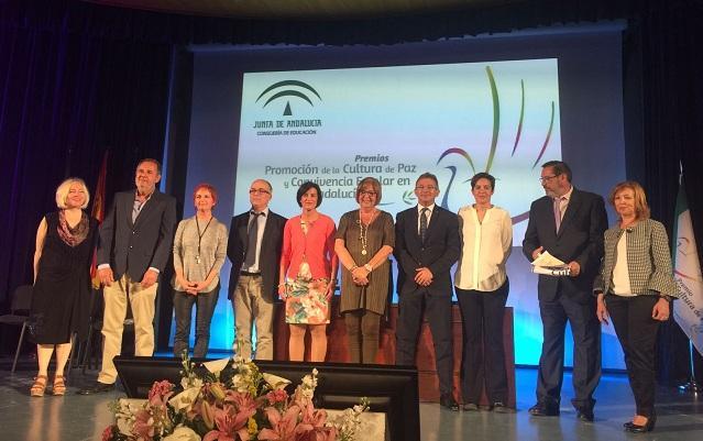 Los centros premiados, junto a la consejera de Educación.