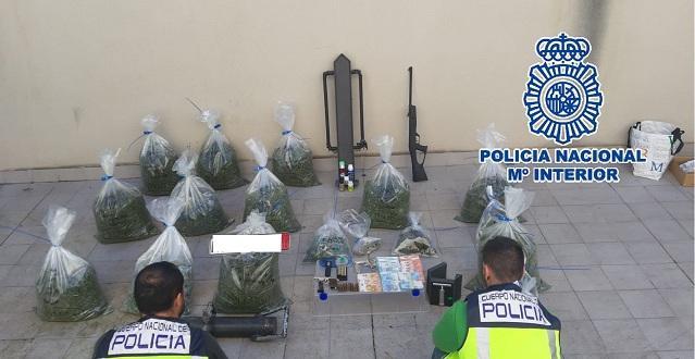 Droga y armas requisadas por los agentes.