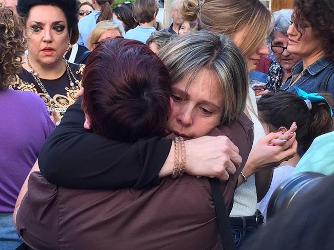 La madre de Mar recibe un abrazo en la concentración en recuerdo a la joven celebrada el martes.