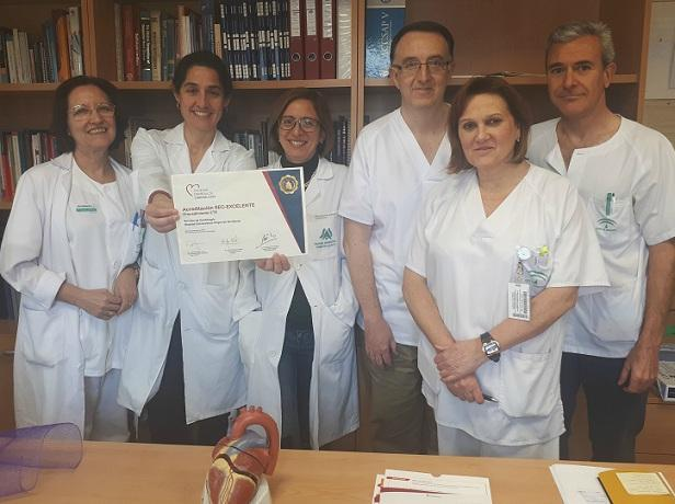 El equipo médico muestra la acreditación.