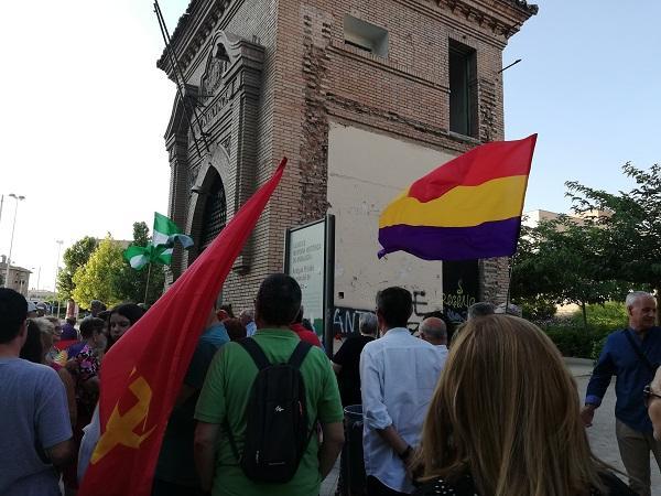 Acto celebrado en el arco de entrada a la antigua prisión, Lugar de Memoria Histórica.