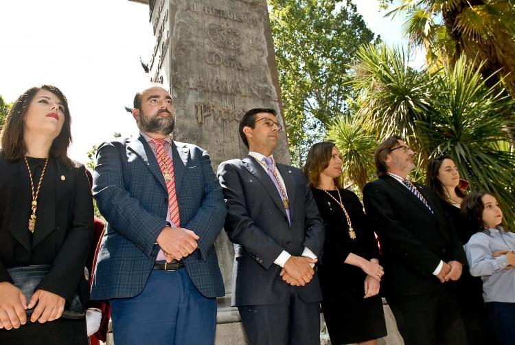 El alcalde y los portavoces, junto al monumento a Mariana Pineda.