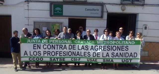 Concentración frente al consultorio de Alomartes.