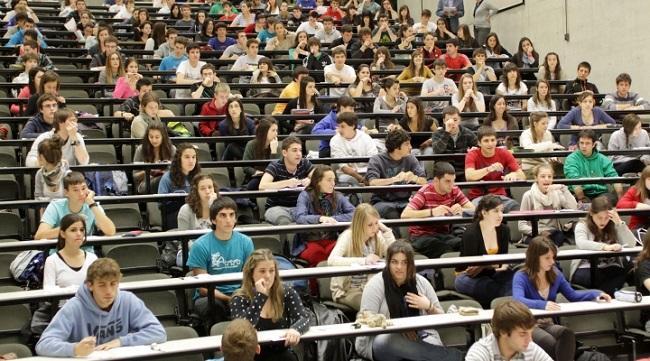 Alumnos y alumnas se examinan de la Pau.