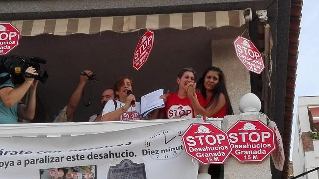 Ana Mari apoyada por activistas de Stop Desahucios 15M Granada.