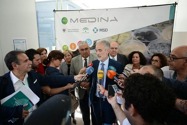 Aquilino Alonso atiende a los medios este lunes en Granada.