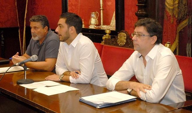 El concejal Eduardo Castillo, en el centro, informa de las subvenciones vecinales.