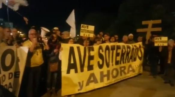 La protesta se ha desarrollado este jueves sobre las vías del tren en el Camino de Ronda.