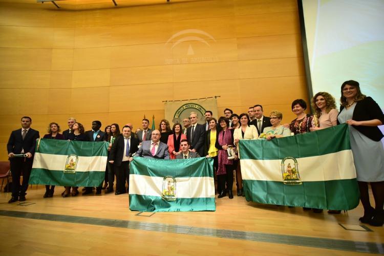 Foto de familia de los premiados y premiadas con los representantes de la Junta.