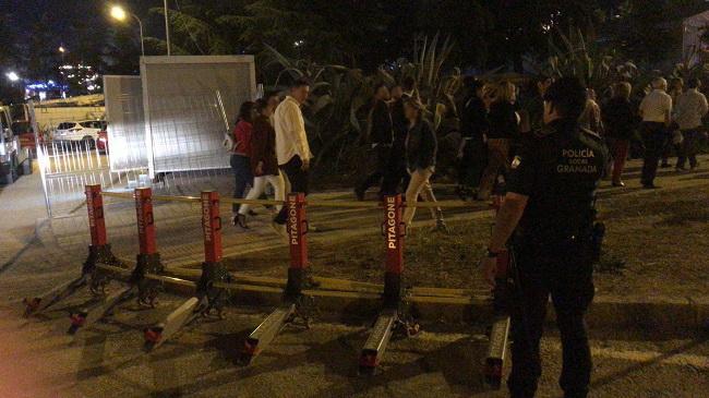 Barreras móviles que ha incorporado la Policía Local de Granada, en el recinto ferial.