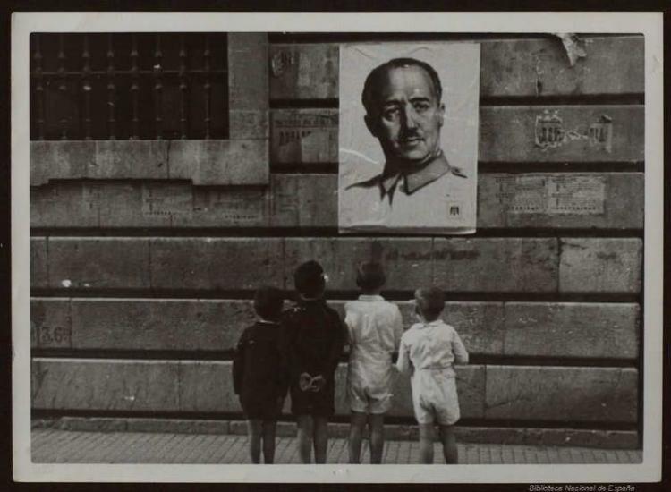 Niños mirando un cartel con la imagen del dictador Francisco Franco.