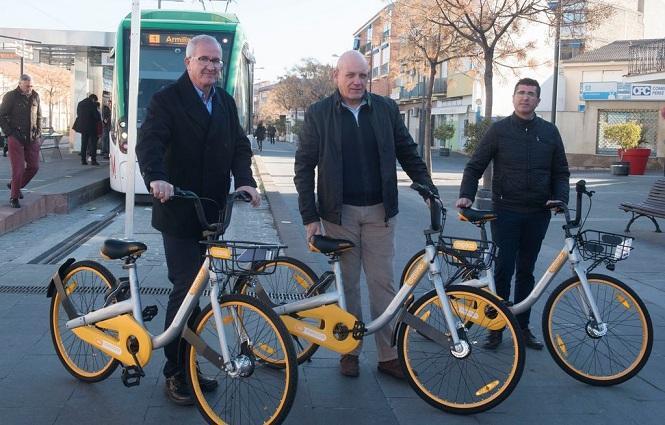 Alcalde y concejales muestran bicis de alquiler.