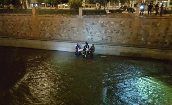 Rescate de los heridos en el lecho del río.