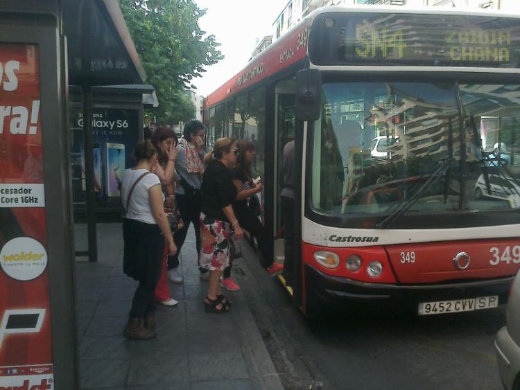 Ususarios suben al bus en el Zaidín.