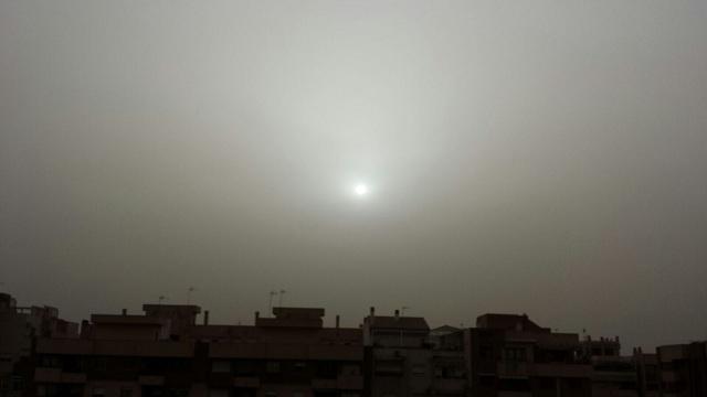 La calima de los últimos días apenas dejaba ver el sol.