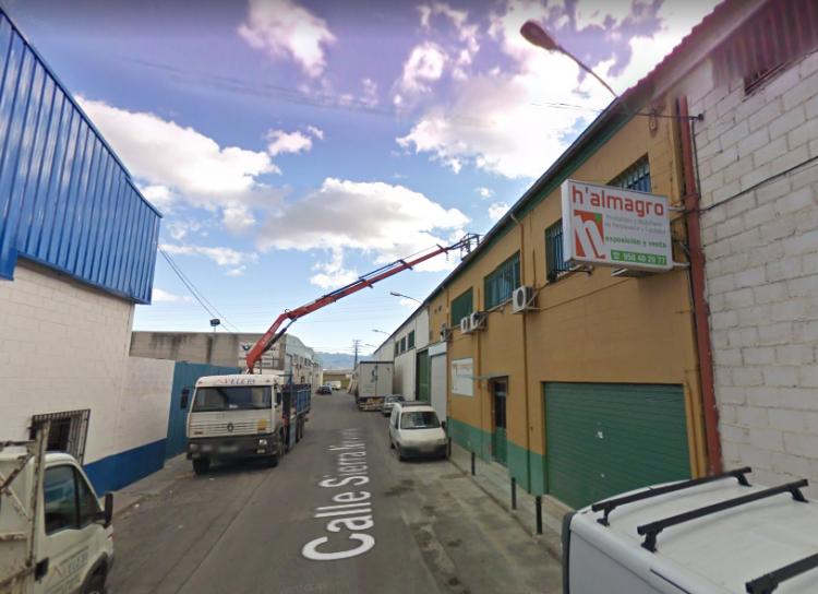 El incendio se ha registrado en la calle Sierra Nevada del polígono Asegra.