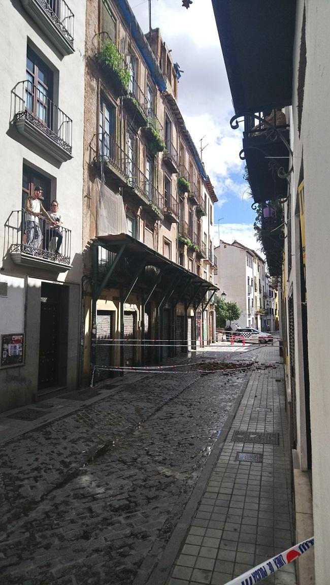 La Policía Local cortó calle Elvira ante el riesgo de derrumbe del edificio.