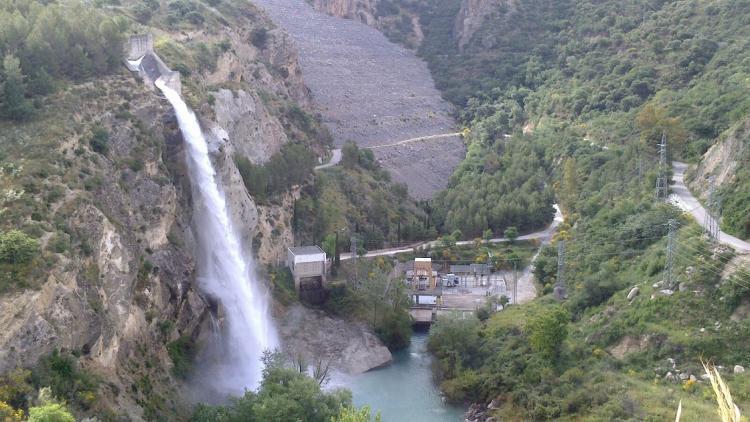 La espectacular cascada de agua del aliviadero del embalse de Canales.