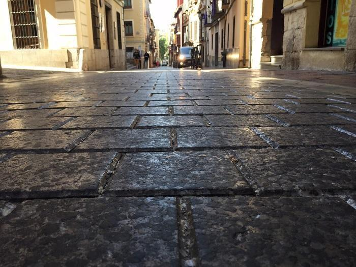Imagen de cera en el pavimento tras una procesión.