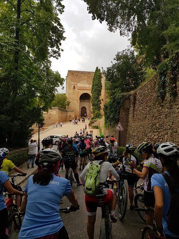 La marcha ha discurrido también por el entorno de la Alhambra.
