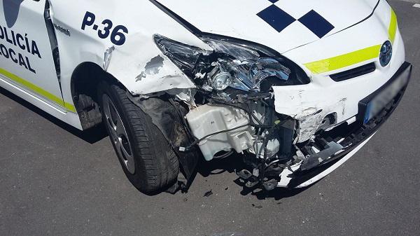 Vehículo policial accidentado en la persecución.