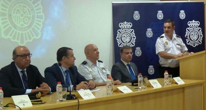 El nuevo comisario provincial, Jorge Infantes, a la derecha, de pie.