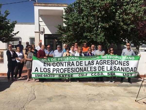 Concentración a las puertas del consultorio de Guadahortuna.