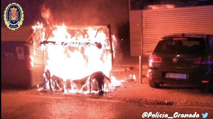 Imagen de los contenedores en llamas.