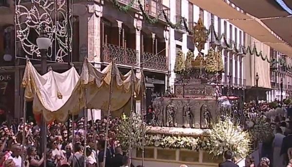 Procesión del Corpus a su entrada en Reyes Católicos.