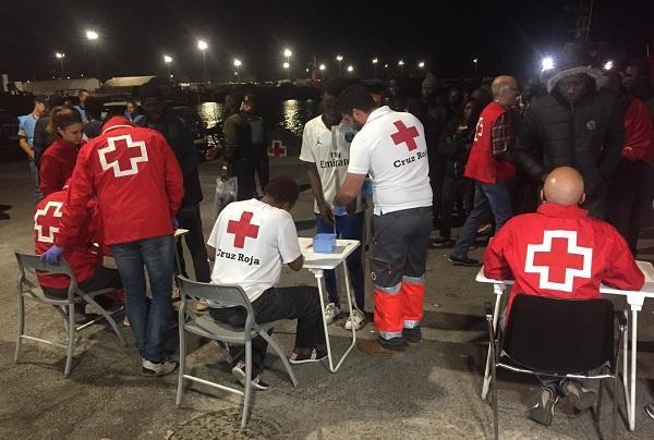 Voluntariado de Cruz Roja ha prestado una primera asistencia a las personas migrantes.