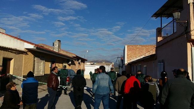 La Guardia Civil acordonó esta mañana el acceso a la vivienda de Eva y José, en Deifontes.