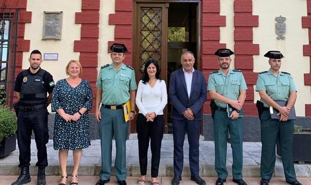 Autoridades frente al Ayuntamiento de Deifontes.