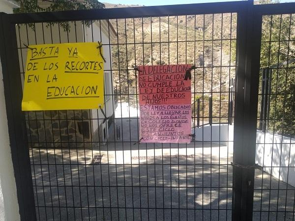 Detalle de pancartas en Torvizcón en defensa de la escuela pública rural.