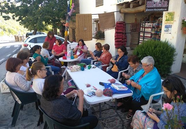 Una tarde tranquila en Bubión tejiendo en la calle.