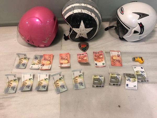 Billetes falsos y cascos intervenidos a los dos chicos.