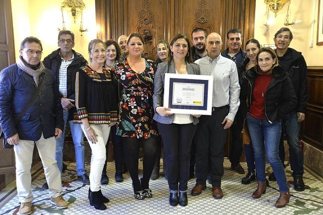 Raquel Ruz muestra el premio otorgado por el Gobierno a la movilidad sostenible.