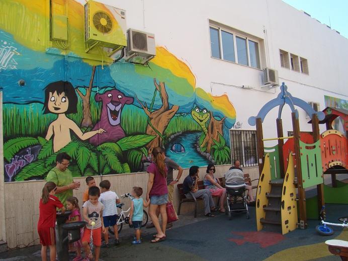 mural pintado en la zona de juegos junto al consistorio