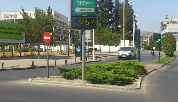 El termómetro de la carretera de Armilla, al sol, llegó este viernes a los 45º