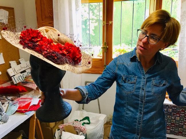Carolina Álvarez, con una de sus exclusivas pamelas.