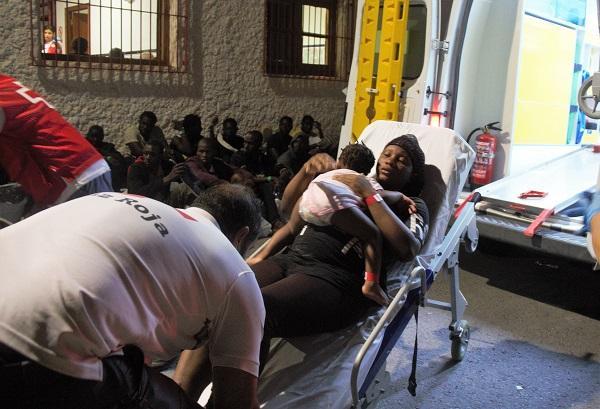 La mujer, que viajaba con otro hijo, mientras era atendida por Cruz Roja.