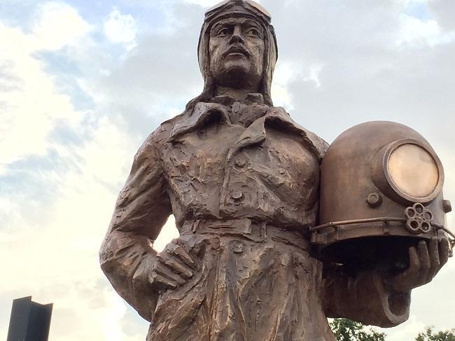 Estatua dedicada a Emilio Herrera.