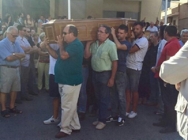 Los restos mortales de Francisco Pedrosa, portado por familiares y amigos.